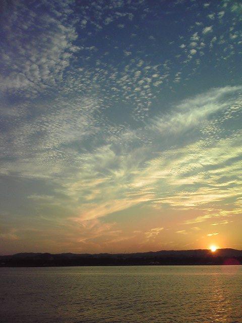 海を跨ぐ橋の上から鱗雲を撮る。回りはカップルだらけで、場違いな我々(笑)。