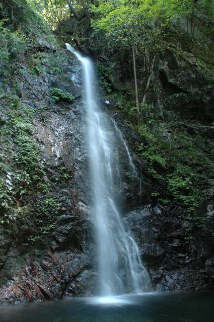 山間の滝まで出掛けて、一足早く秋を捕まえてきました。