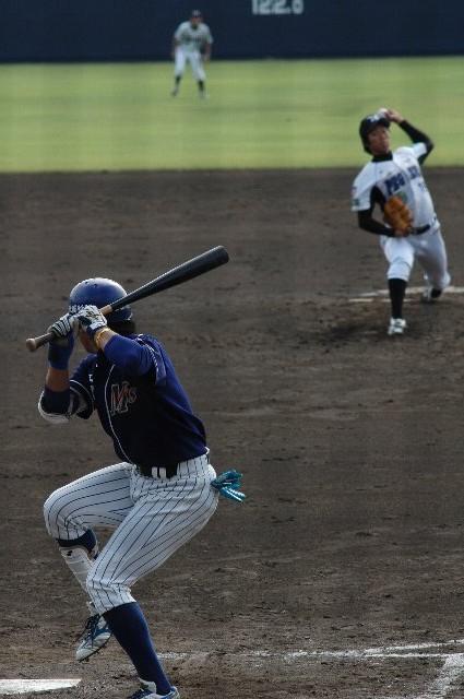 今日の試合でのベストショットです。投手 清水(群馬DP)と打者 座親(石川MS)のマッチアップ。