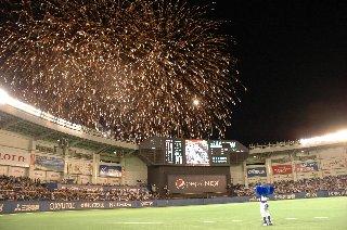 打ち上がってる花火がもう少し綺麗なものだったら、間違いなく大画像にしてます。