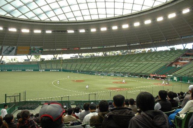 静まりかえったスタジアム内で淡々と行われる再起を賭けた選手達の熱い戦い