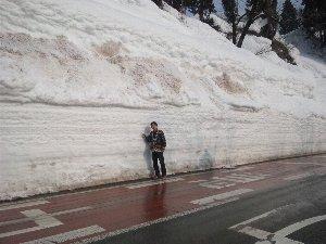 ブルドーザーや除雪機を総動員しても追いつかないほど今冬の豪雪は凄いそうです。