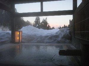 絵に描いたような雪見風呂の光景は感動モノでしたね。できれば、お盆に浮かべたお銚子などもあれば...。