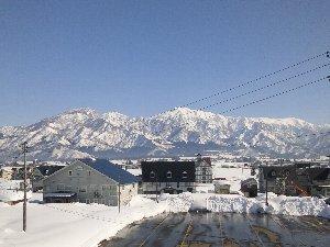 電線が邪魔ですが、駅からは青空の下、美しい八海山や巻機山の雪景色を堪能できました。