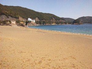 ウミガメが産卵のためにやって来る海岸です。好天の下、青い海がむっちゃ美しい。