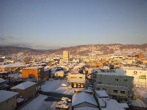 ホテルの窓から。夜から雪が降ったようで、家々の屋根にはうっすら雪が積もっています。