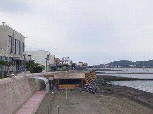奥の屋根がある砂浜が砂蒸し温泉の浴場。手前の砂浜も干潮時には浴場として開放される。