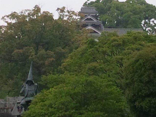 小雨降る中、肥薩線に揺られて山を越え、熊本へやって来ました。