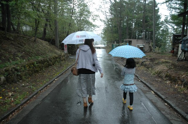 今回初参加のナンシーにすっかり懐いてしまった次女を「借りて」、草津温泉土産を買いに出掛ける。