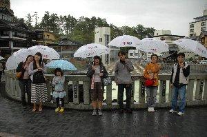美味しいびぃるを提供しよう、雨が降ったらお揃いの傘を貸し出そう、町全体での取組みはやっぱり一流の温泉地です。