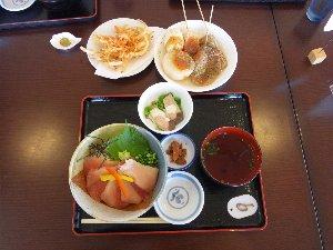 特マグロ丼と副菜で注文した「桜海老のかき揚げ」「しぞーかおでん」