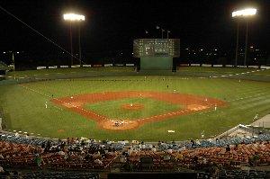 昨年、芝を張り替えたアルペンスタジアム。照明に浮かぶグラウンドの緑が美しい。