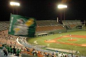 このスタジアムに観客は僅か400人強。あまりに寂しすぎます。