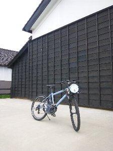 「米騒動発祥の地」である米蔵の前で。