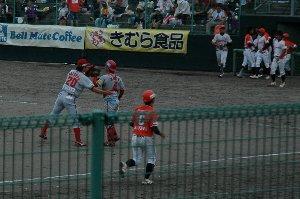 最後の打者、稲葉を打ち取り篠田君と原君が健闘をたたえ合う。