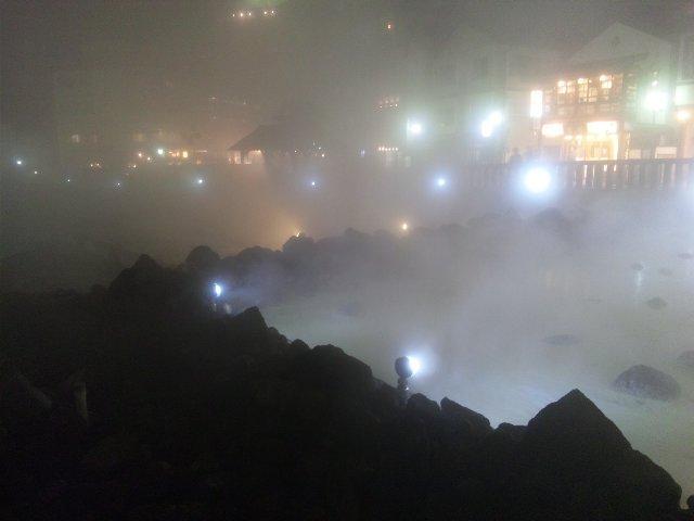 冷え込む夜、温泉の湯気がもうもうと立ちこめる中のライトアップは幻想的。