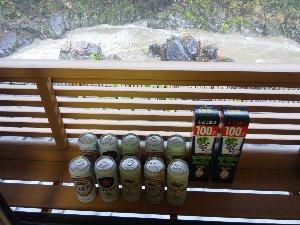 後方に見えるのは長良川。昨日からの大雨で濁流と化してます。