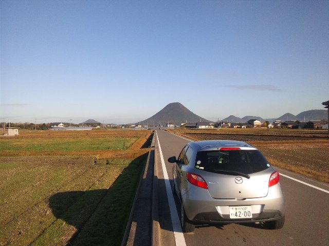 朝の柔らかな日差しを受けた讃岐富士と、稲刈りを終えた田畑とがのどかな風景を醸し出しています。