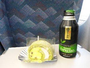 浜松駅地下街のお茶屋さんで購入した抹茶ロールです。