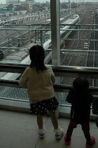 頻繁に特急が発着し、駅舎はガラス張り。長いこと線路を眺める子供が少なくなかった。