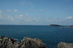東尋坊に居たときだけ奇跡的に晴れたのよね。お日様に照らされた青い海はやっぱり美しい。