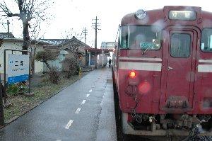 雷鳴轟き、雪が降る中、列車は動かない。不安ばかりが募っていく。