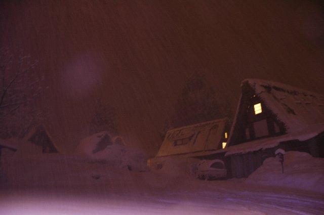 わずかな家の明かりと雪明かりだけでも、これだけ幻想的な写真を撮ることができるんですね。