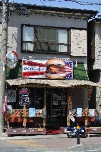 アメリカ国旗、英語表記の看板と、この道を走るとかなり店は目立ちます。