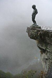 霧に覆われていますが、小便小僧の下に祖谷渓の深い谷が見えています。