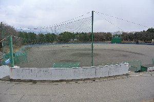 観客席はネット裏とベンチ上付近までの石段のみ、高いフェンスもない球場。いくら独立リーグでもオープン戦を開催するのが精一杯の地方球場。