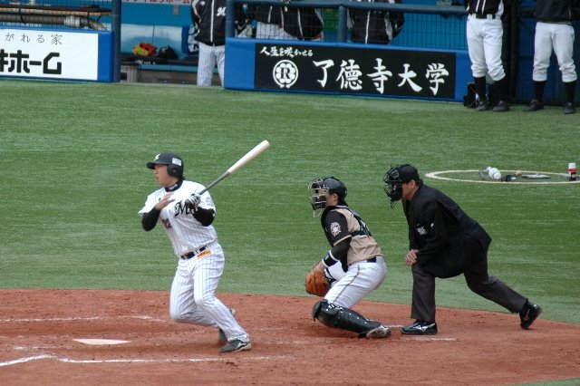 恰好良く写ってますが、この画像で放った打球は最悪の併殺打。そのせいか、本人も渋い表情を見せています。