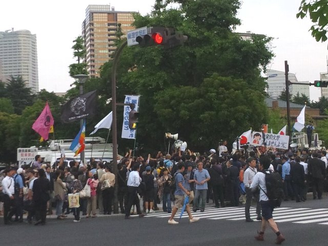 画像左側に陣取るのは原発再稼働反対派、警官隊を挟んだ右側に陣取るのが原発推進派。