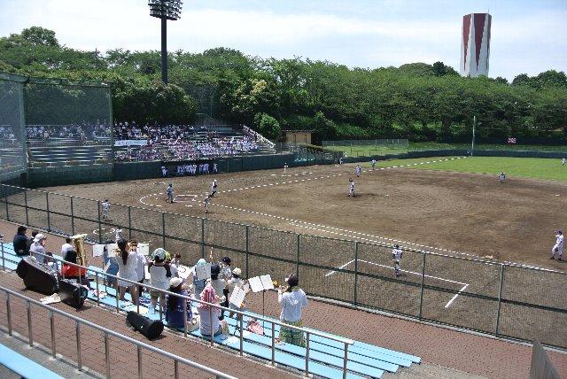 緑に囲まれた球場で、内野席も木陰になる箇所が多い。この季節でも比較的楽に観戦できました。
