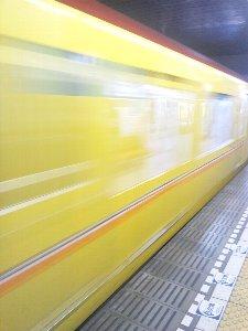 列車遅延で急いでいても、次が新型車両であれば一本待ちましょう(笑)。
