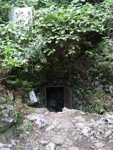 この小さな入口から鍾乳洞へと入っていきます。