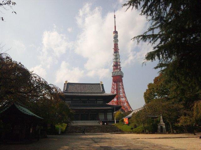 寺の背景に東京タワー、外国人的には興味を引く景色なのだろう。