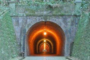 日本で初めて通行料を取ったトンネルと言われる。