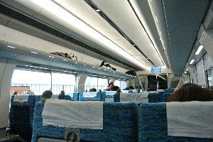 空港アクセス特急にも使われるため、明るく洗練された空間を作りたかったことが伺える。