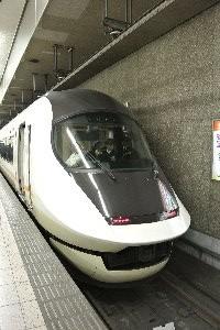 名古屋から大阪を目指すなら、新幹線よりも移動時間を満喫できる列車です。