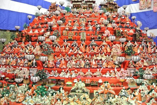 各民家の雛飾りを楽しみつつ、情緒豊かな土佐街道の風情も味わえる。