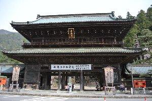 県南部随一の名刹に加えて、しだれ桜の名所。平日午前にも関わらず、大勢の観光客で賑わっていました。