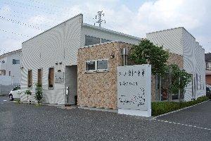 県道15号線(吉岡バイパス)で、大松交差点から北に上がった所にあります。