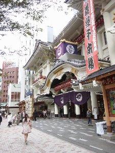 水曜日の午前から歌舞伎鑑賞とは、皆さん優雅でございますなぁ...。