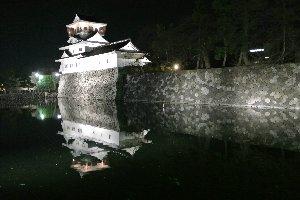 張りぼてのお城もライトアップされれば美しい。