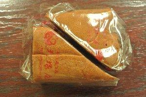 一つのパッケージに三角形のどら焼きが二つ。一回で二度美味しい、どら焼きなのです。