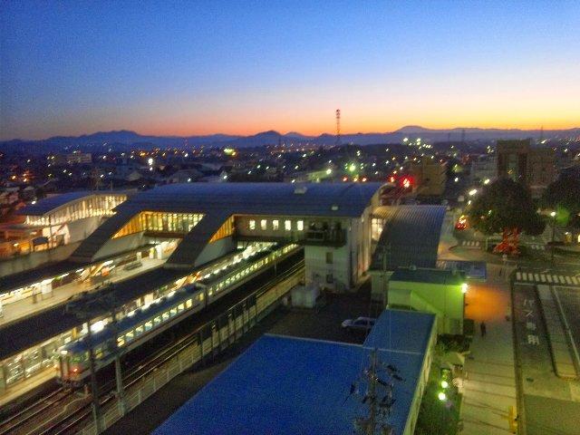 美濃太田駅、列車本数は比較的多い。ディーゼル車の轟音と賑やかな駅放送で、安眠をかなり妨げられた。