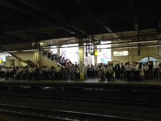 線路内異常のため、南武線(下り)は15分以上の遅延が発生していた。