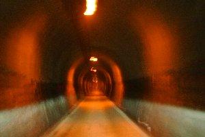 かつては日本最長だった山岳トンネルを車で通り抜ける。