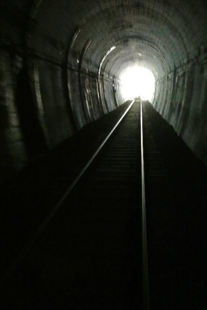 一つのトンネルは途中でカーブしているので、暗さは半端ないです。