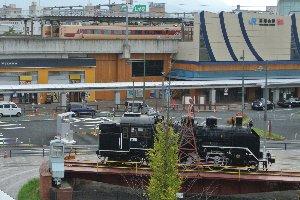転車台のモニュメントと、福知山駅に停車中の特急列車。